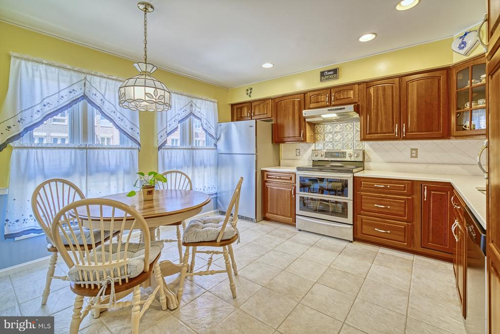 Spacious Kitchen with Eat-in Area - 10161 TURNBERRY PL, OAKTON