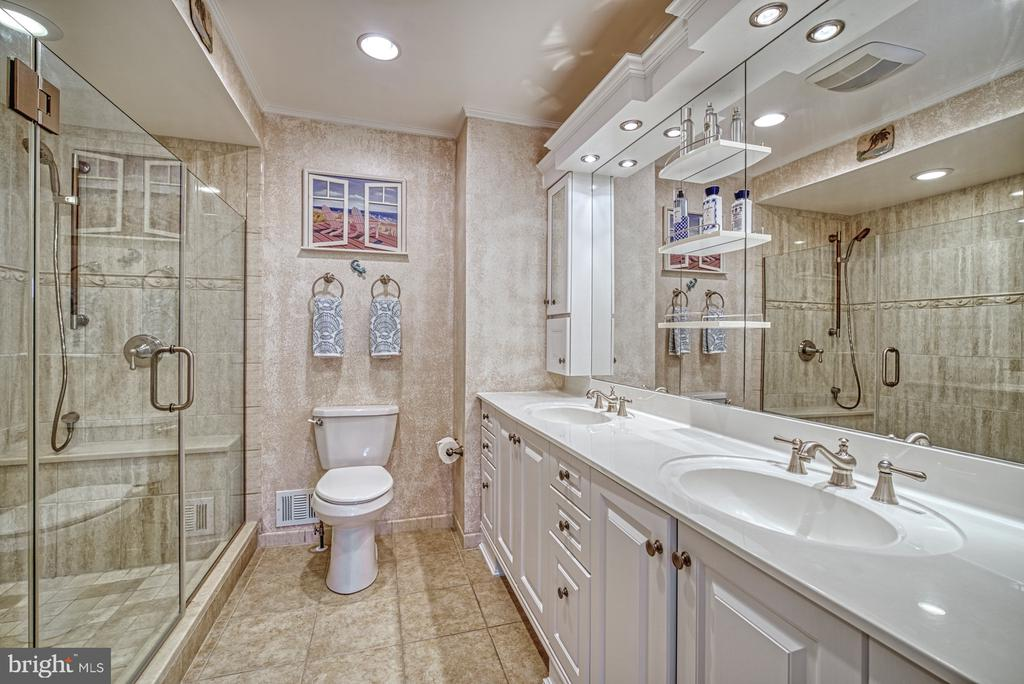 Gorgeous Remodeled Primary Bath - 10161 TURNBERRY PL, OAKTON