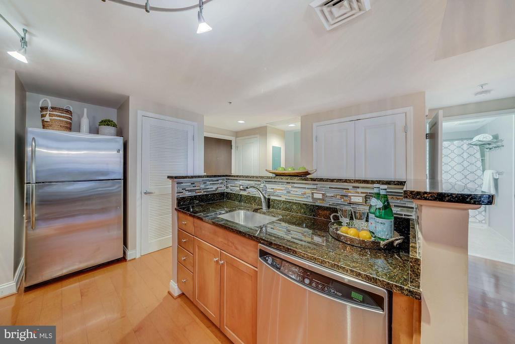 Beautifully appointed w Granite Countertops and... - 1020 N HIGHLAND ST #215, ARLINGTON