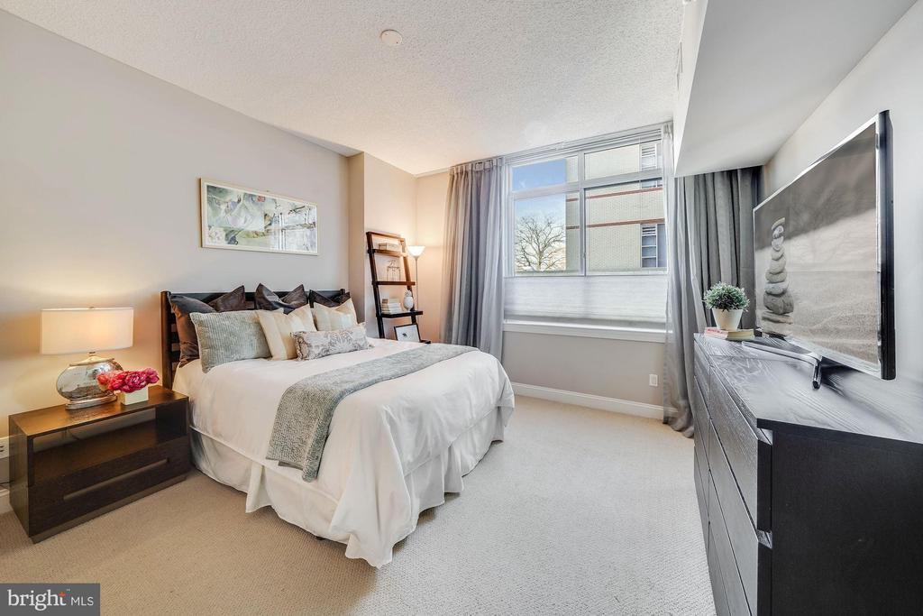 Large Bedroom 13x13 - 1020 N HIGHLAND ST #215, ARLINGTON