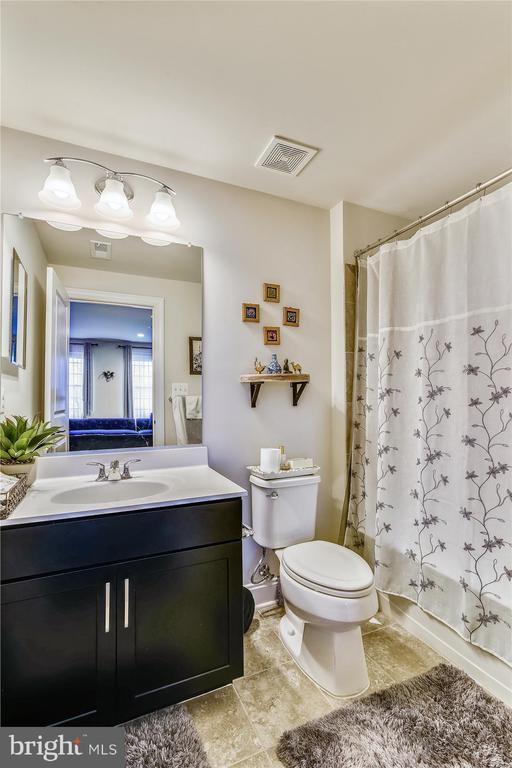 Entry level full bath with tub/shower - 43111 CLARENDON SQ, ASHBURN