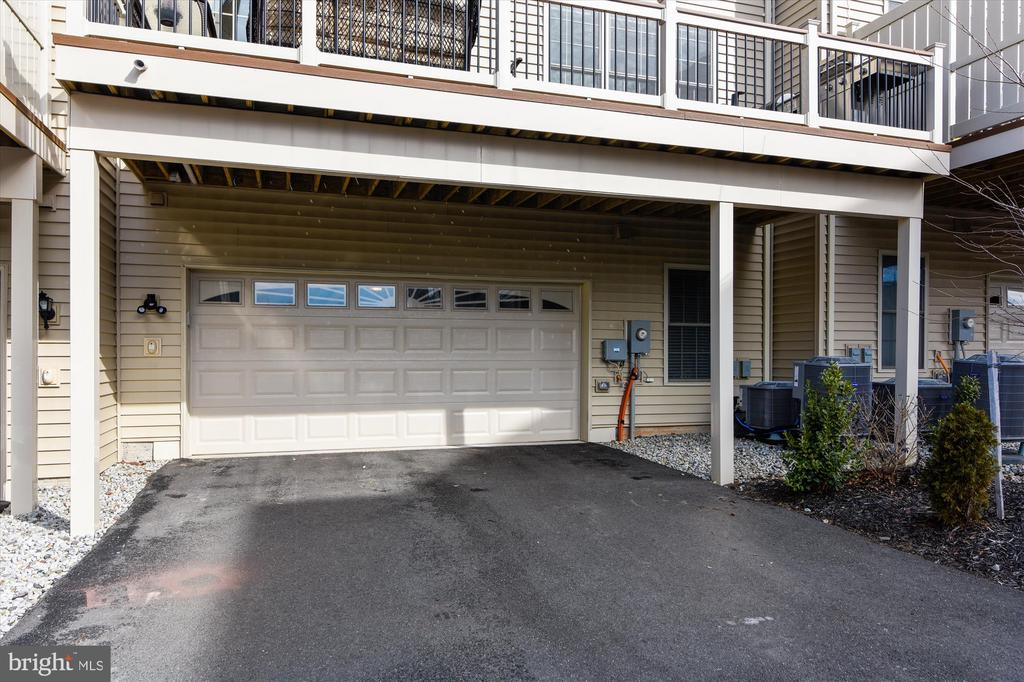 Two-car garage entry - 43111 CLARENDON SQ, ASHBURN