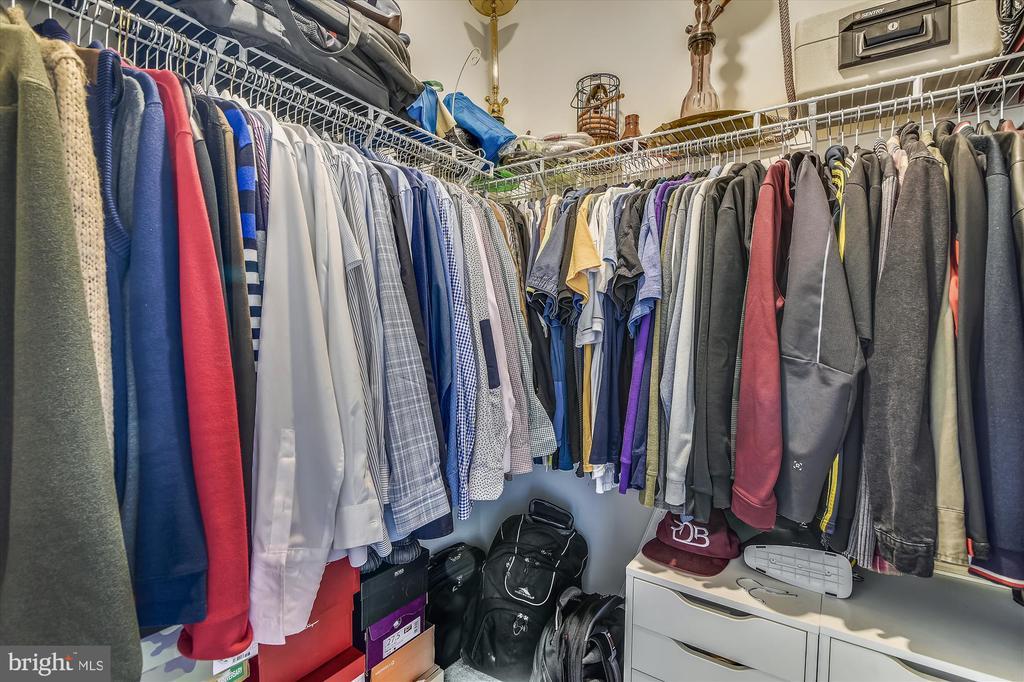 Walk-in Closet - 43111 CLARENDON SQ, ASHBURN