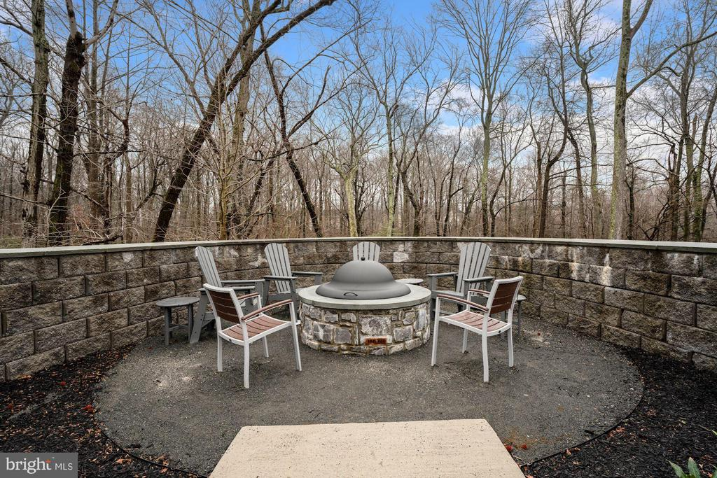 Come Cozy Up Next to the Firepit! - 6107 FAIRVIEW FARM DR #403, ALEXANDRIA