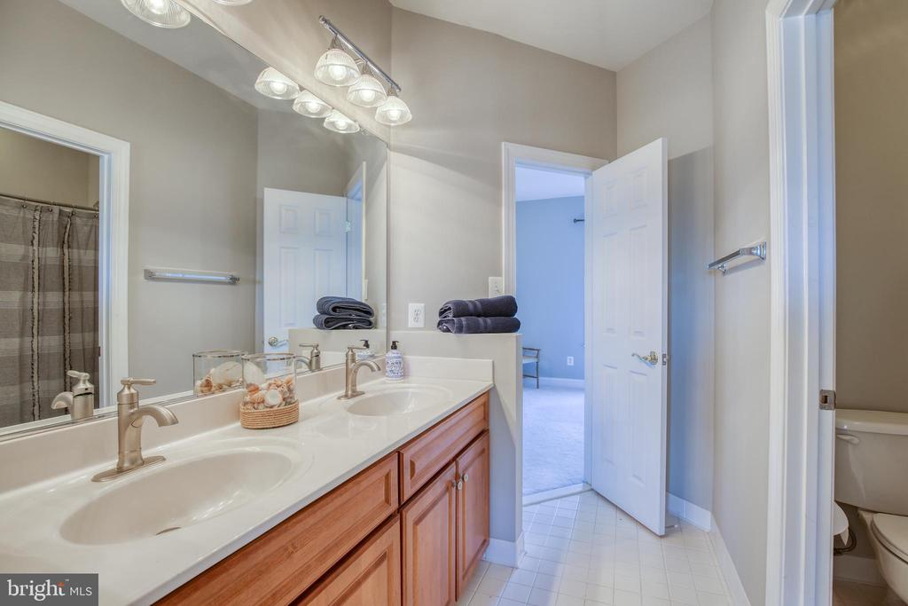 Jack and Jill bathroom - 43094 ROCKY RIDGE CT, LEESBURG