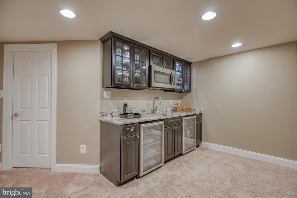 Built in wet bar - 43094 ROCKY RIDGE CT, LEESBURG
