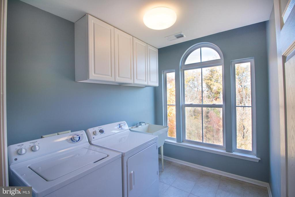Bdrm level laundry with plenty of space! - 1110 HEARTHSTONE DR, FREDERICKSBURG