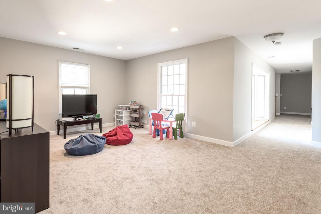 Open sitting/reading/ Study/game area upper level - 9941 CORSICA ST, VIENNA