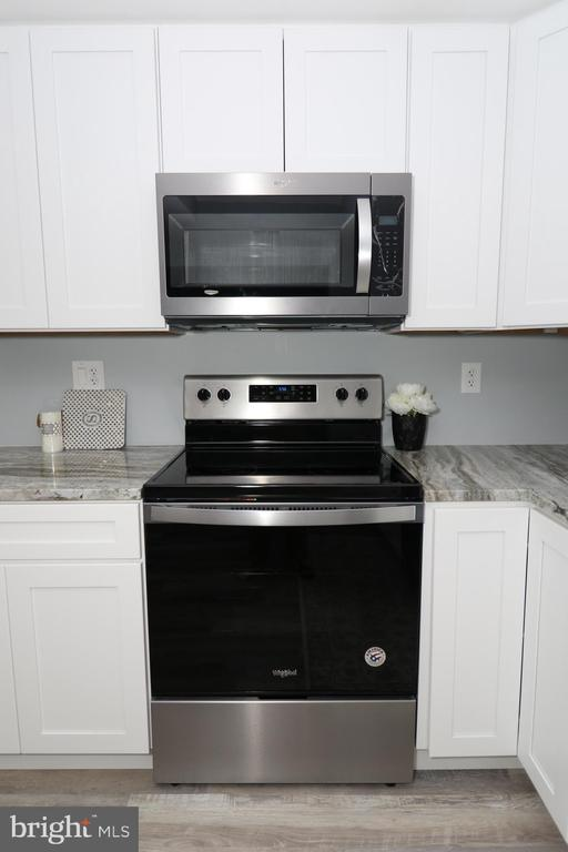 New stainless steel appliances - 219 W MEADOWLAND LN, STERLING