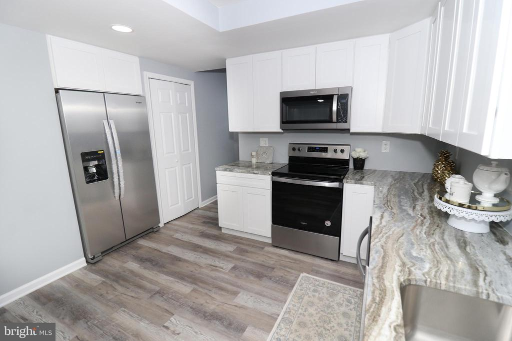 Exquisitely Updated Kitchen - 219 W MEADOWLAND LN, STERLING