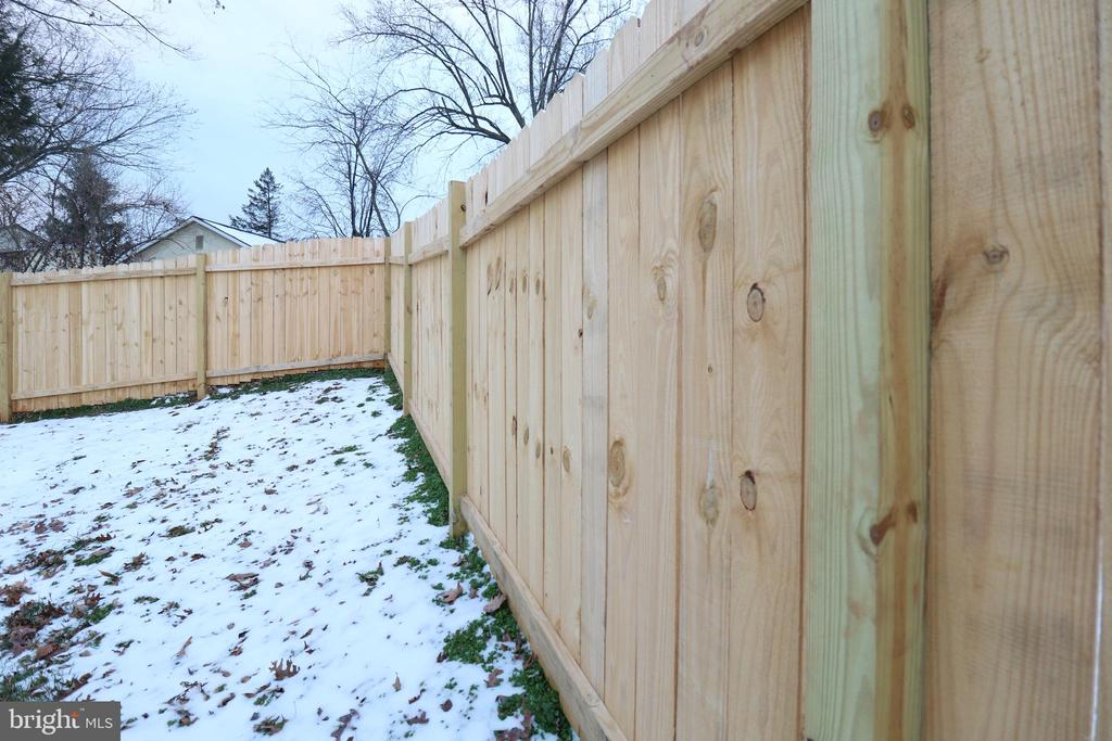 New Fence - 219 W MEADOWLAND LN, STERLING