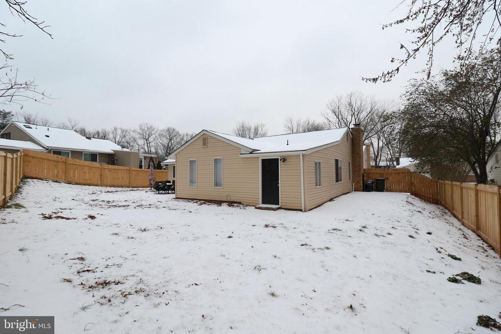 Spacious fenced in backyard - 219 W MEADOWLAND LN, STERLING