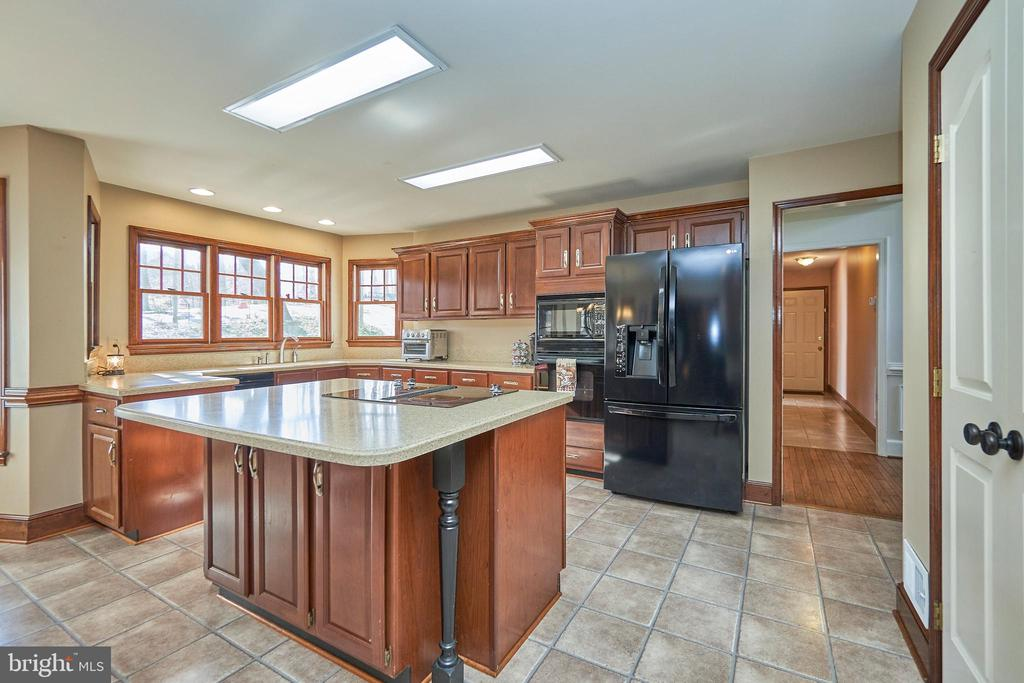 Center Island with Cooktop - 12693 CROSSBOW DR, MANASSAS