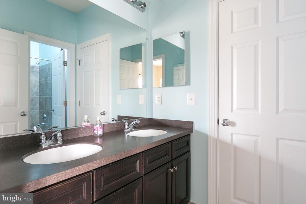 2nd full bathroom on upper level has double sink. - 21382 FAIRHUNT DR, ASHBURN