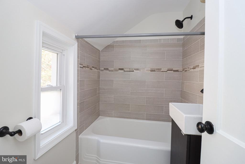 Beautifully upgraded bath on top level - 5109 11TH ST S, ARLINGTON