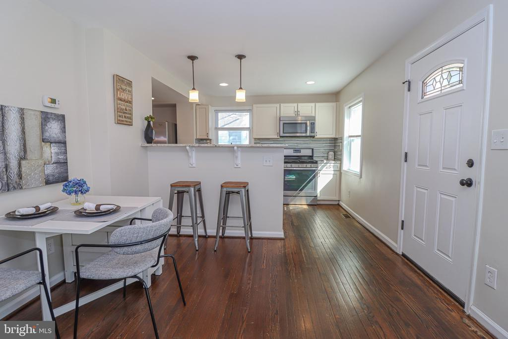 Bright and airy living area - 5109 11TH ST S, ARLINGTON