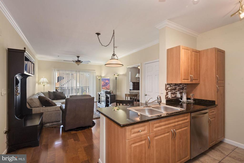Unit 304- shiny floors, gently used kitchen. - 12954 CENTRE PARK CIR #304, HERNDON