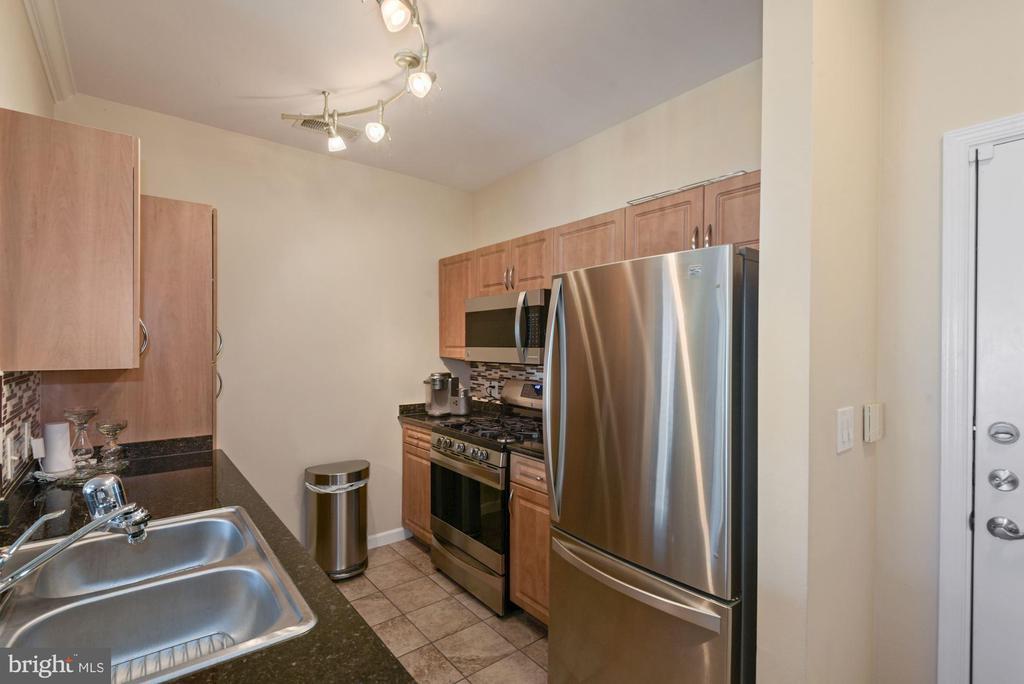 Unit 304- owner was not a cook, clean kitchen - 12954 CENTRE PARK CIR #304, HERNDON