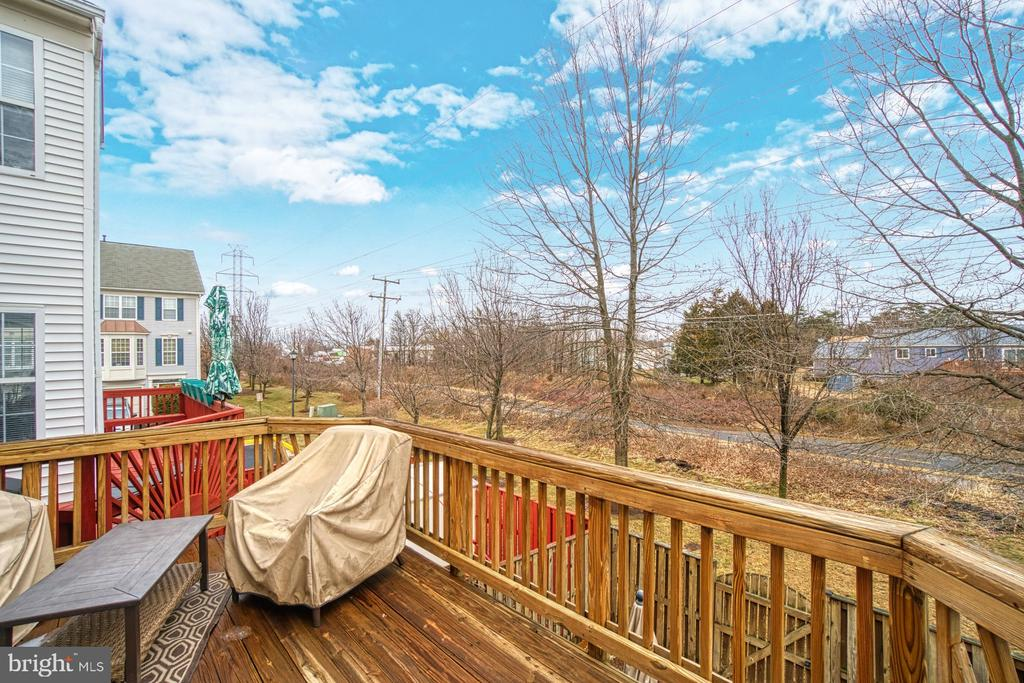 Spacious Deck Backing to Common Area - 22142 TRAILSIDE SQ, STERLING
