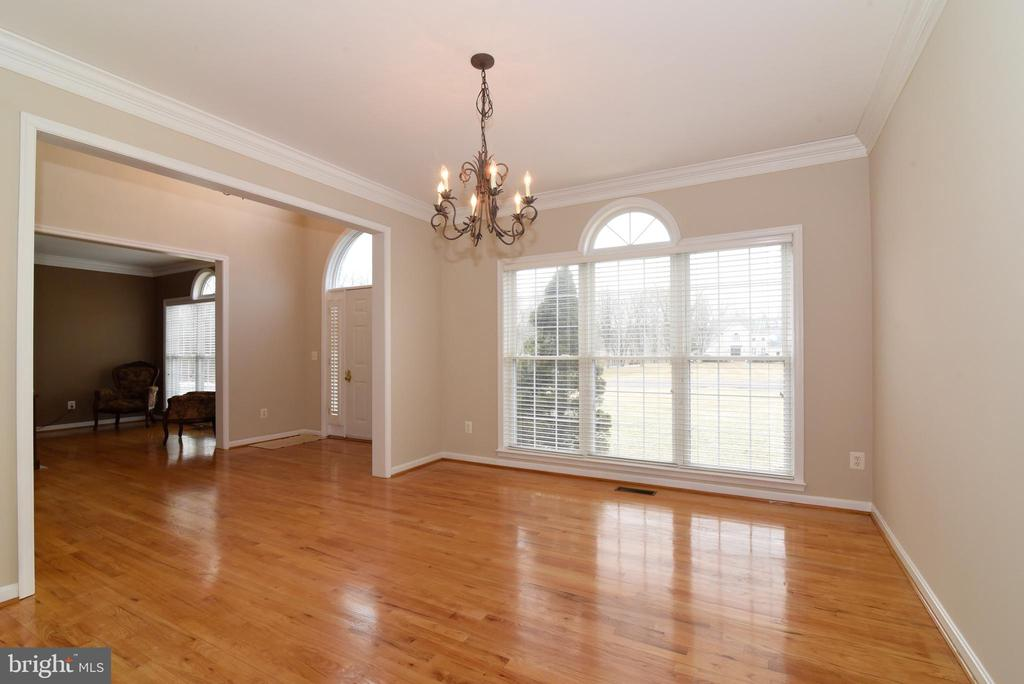 DINING ROOM WITH CROWN MOLDING - 41921 SADDLEBROOK PL, LEESBURG