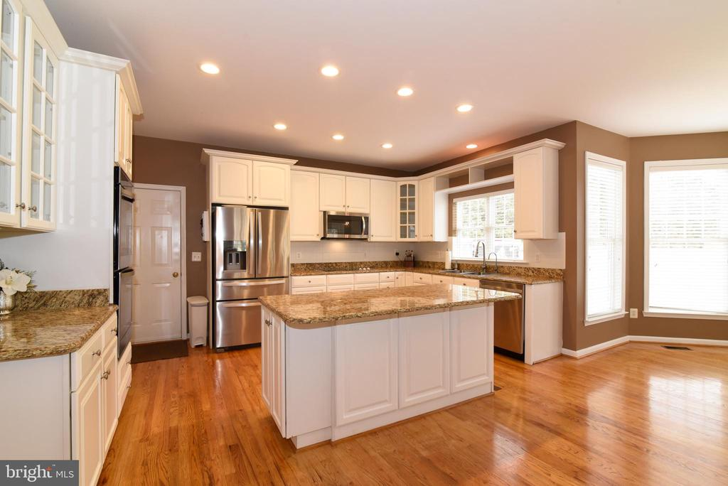 SUNNY KITCHEN WITH WHITE CABINETRY - 41921 SADDLEBROOK PL, LEESBURG