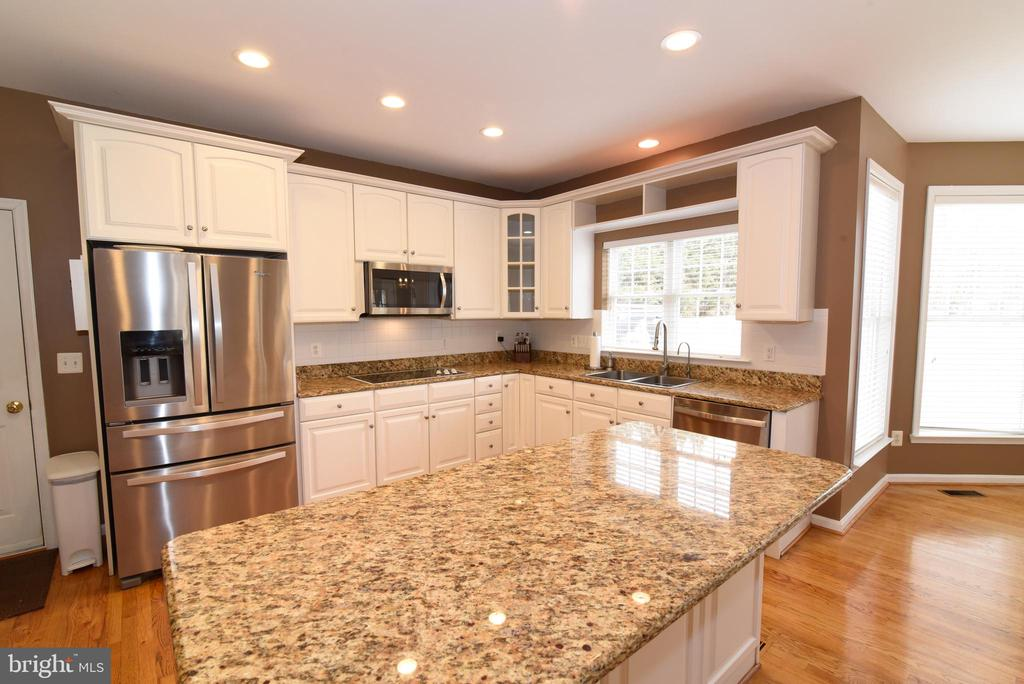 KITCHEN WITH GRANITE COUNTERS - 41921 SADDLEBROOK PL, LEESBURG
