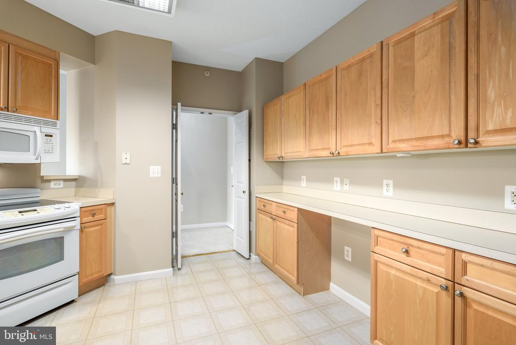 LOTS of cabinet and countertop space! - 19365 CYPRESS RIDGE TER #515, LEESBURG