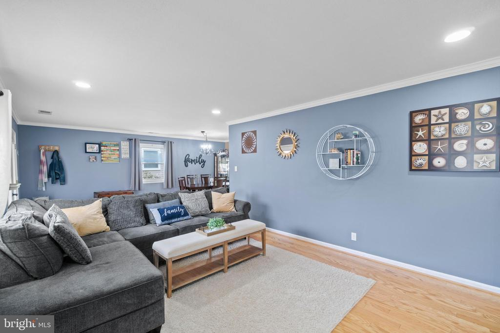 Recessed lights, crown molding - simple & classic! - 603 S DOGWOOD ST, STERLING