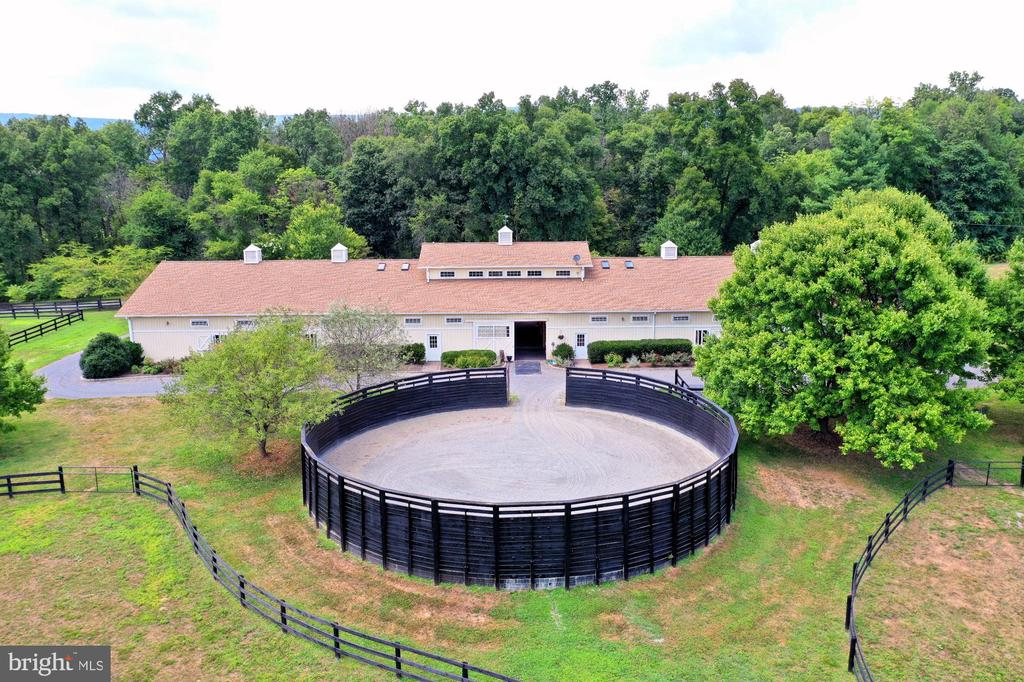 Round Pen off Main Barn - 21281 BELLE GREY LN, UPPERVILLE