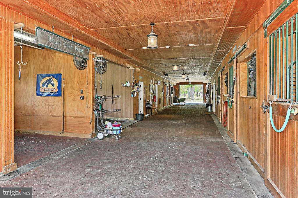 Show Barn - 21281 BELLE GREY LN, UPPERVILLE