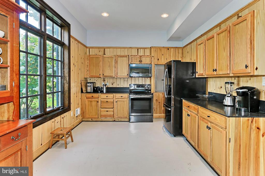 Managers Home Kitchen - 21281 BELLE GREY LN, UPPERVILLE