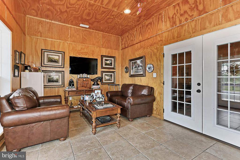 Show barn Lounge - 21281 BELLE GREY LN, UPPERVILLE