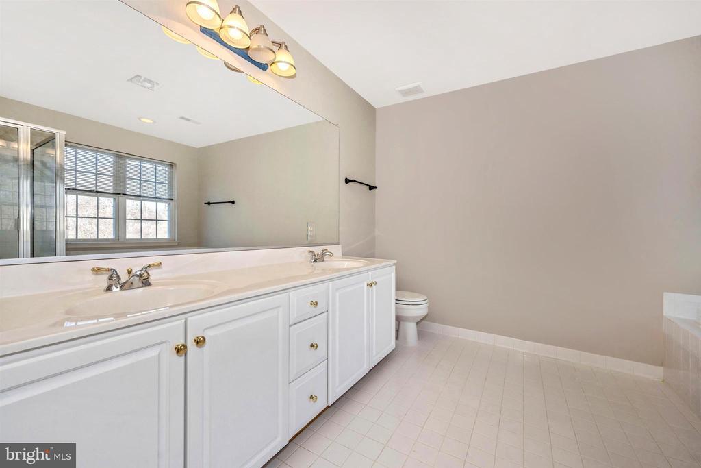 Master Bath double vanity - 6923 BARON CT, FREDERICK