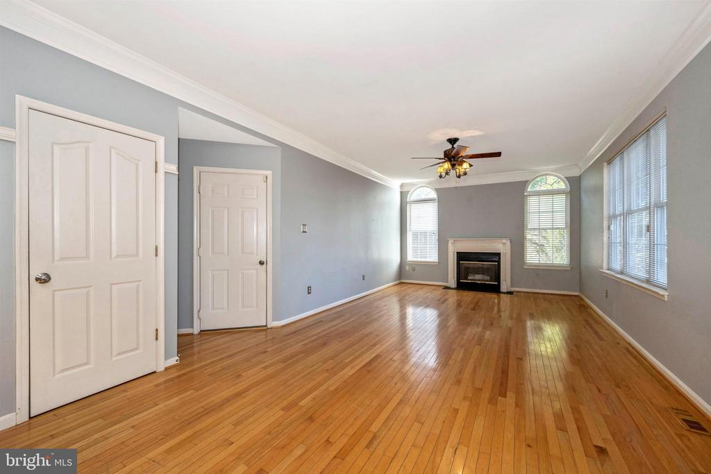 spacious family room - 6923 BARON CT, FREDERICK