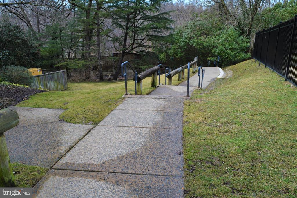 Path to Bike/Jog Trail - 2030 N ADAMS ST #404, ARLINGTON