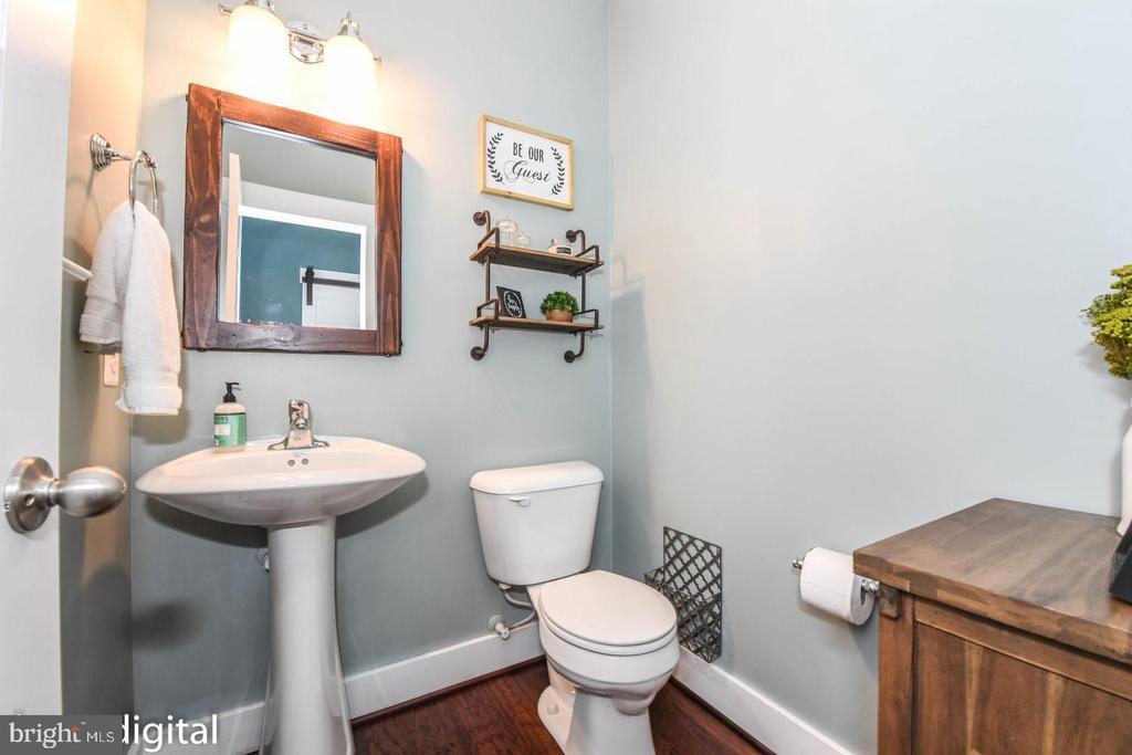 Main floor half bath. - 6720 OAKRIDGE RD, NEW MARKET
