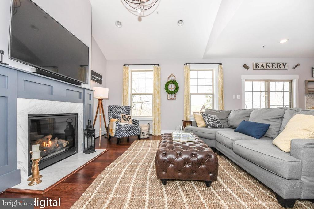 Relax by the fire - gas or wood - your choice - 6720 OAKRIDGE RD, NEW MARKET