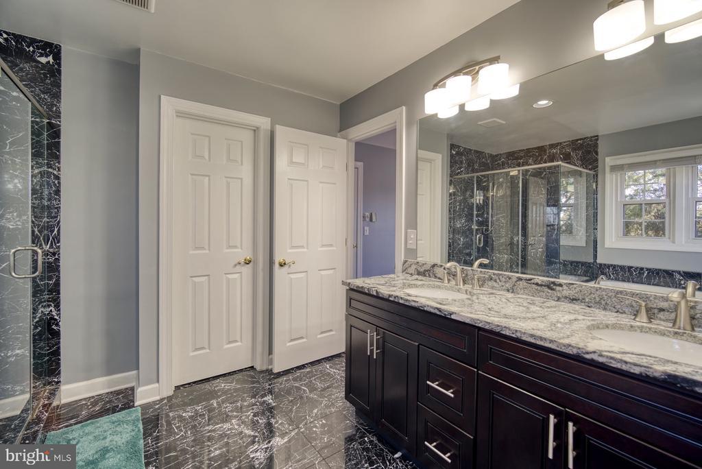 Primary Bathroom has Dual Sinks - 43936 BRUCETON MILLS CIR, ASHBURN