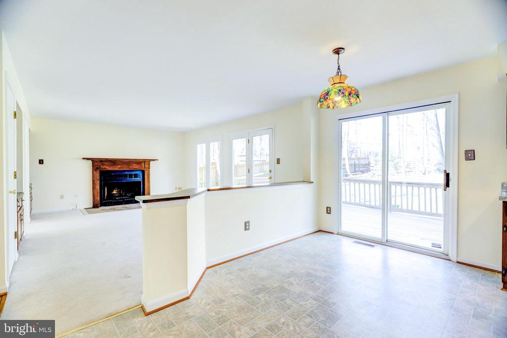 Eat-In Kitchen open to Family Room - 8024 OAK HOLLOW LN, FAIRFAX STATION