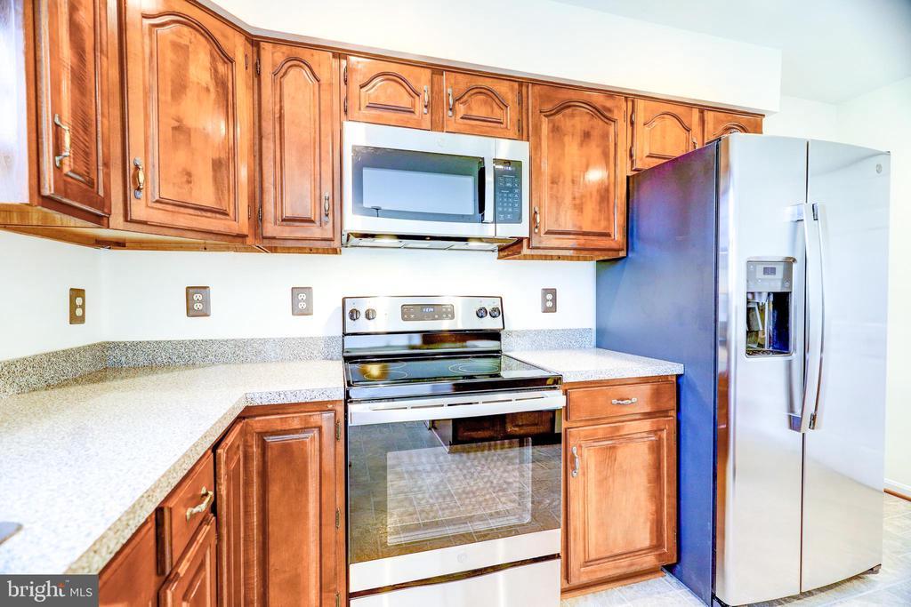 Kitchen w New Appliances - 8024 OAK HOLLOW LN, FAIRFAX STATION