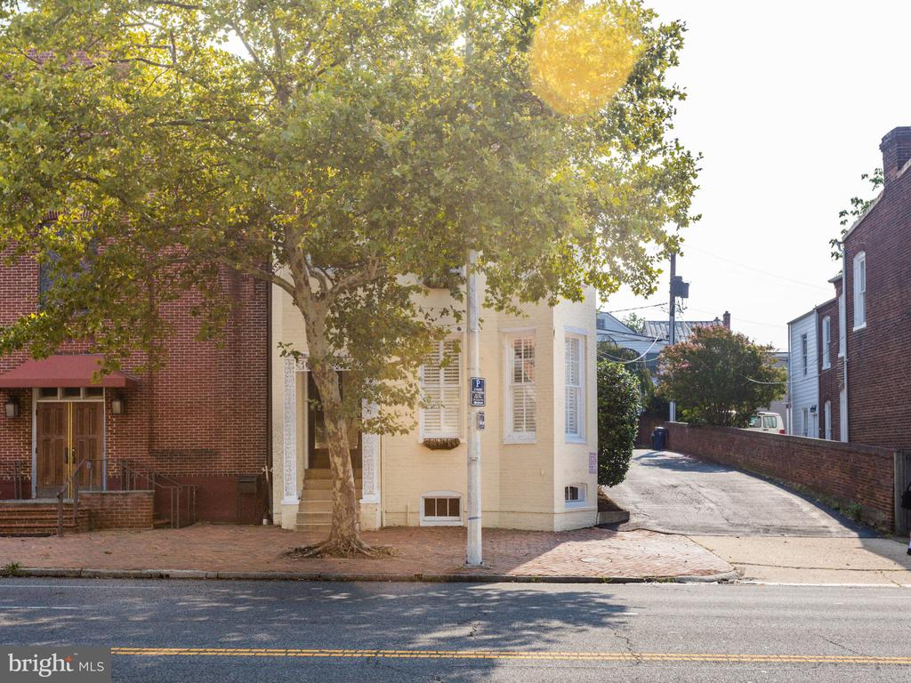 Front of property and front parking entrance - 322 S WASHINGTON ST, ALEXANDRIA