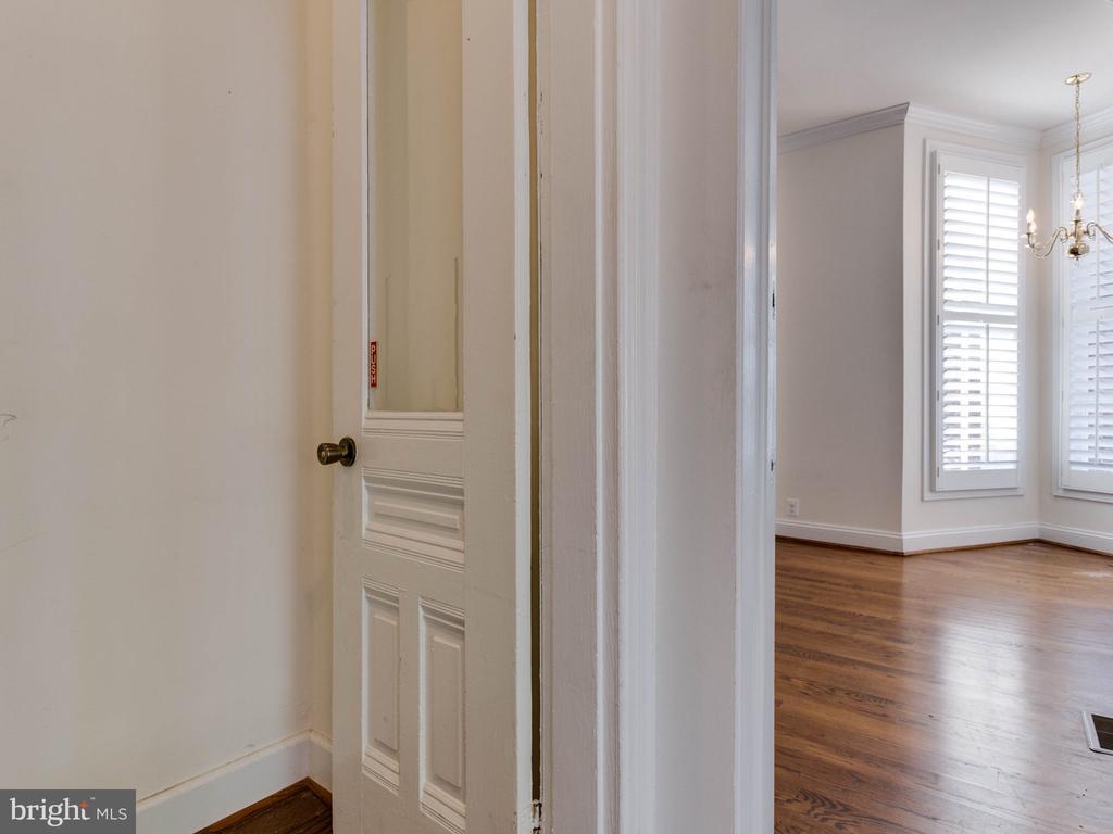 Lower Unit Entry - 322 S WASHINGTON ST, ALEXANDRIA