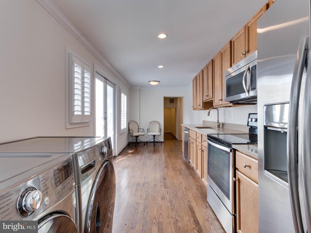 Lower Unit Kitchen w/ Washer & Dryer - 322 S WASHINGTON ST, ALEXANDRIA