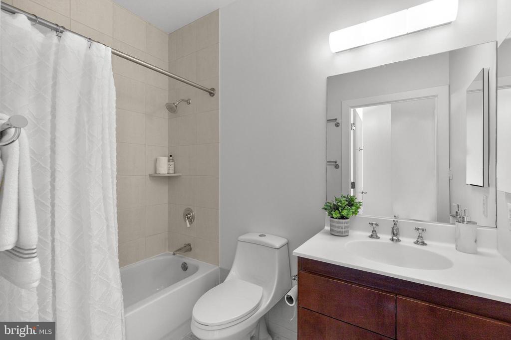 Second bath - 1000 NEW JERSEY AVE SE #PH-19, WASHINGTON