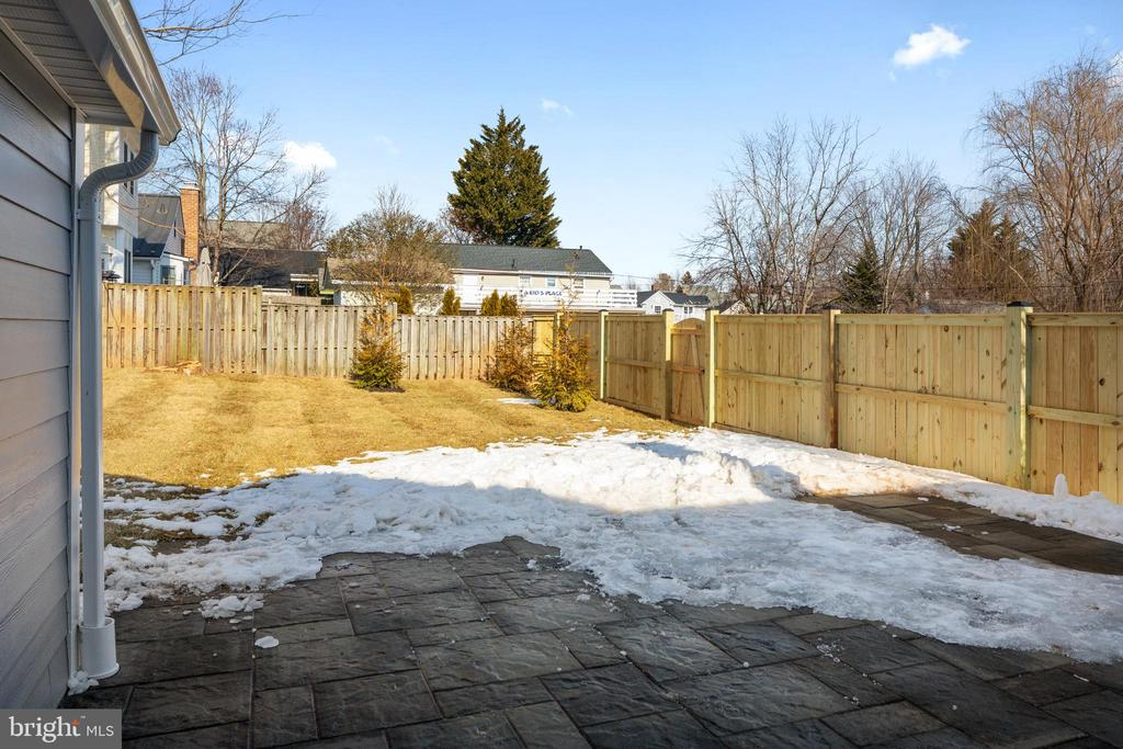 Fully fenced backyard - 250 LOUDOUN ST SW, LEESBURG