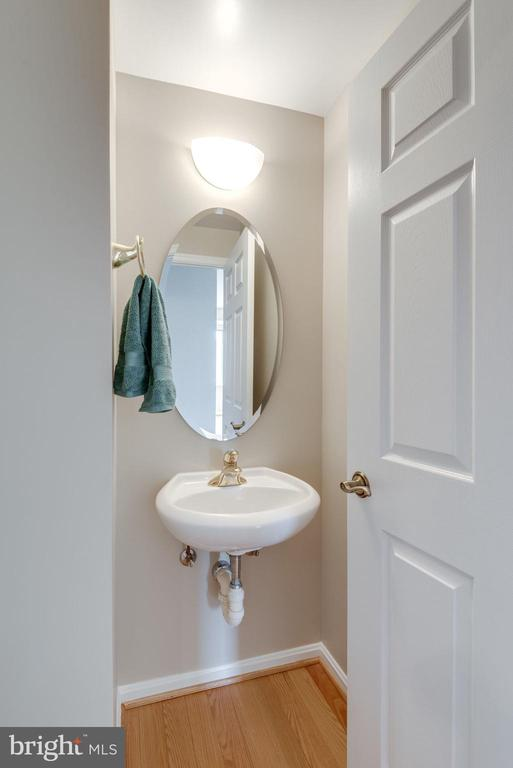 Convenient powder room off the living room - 19365 CYPRESS RIDGE TER #1007, LEESBURG