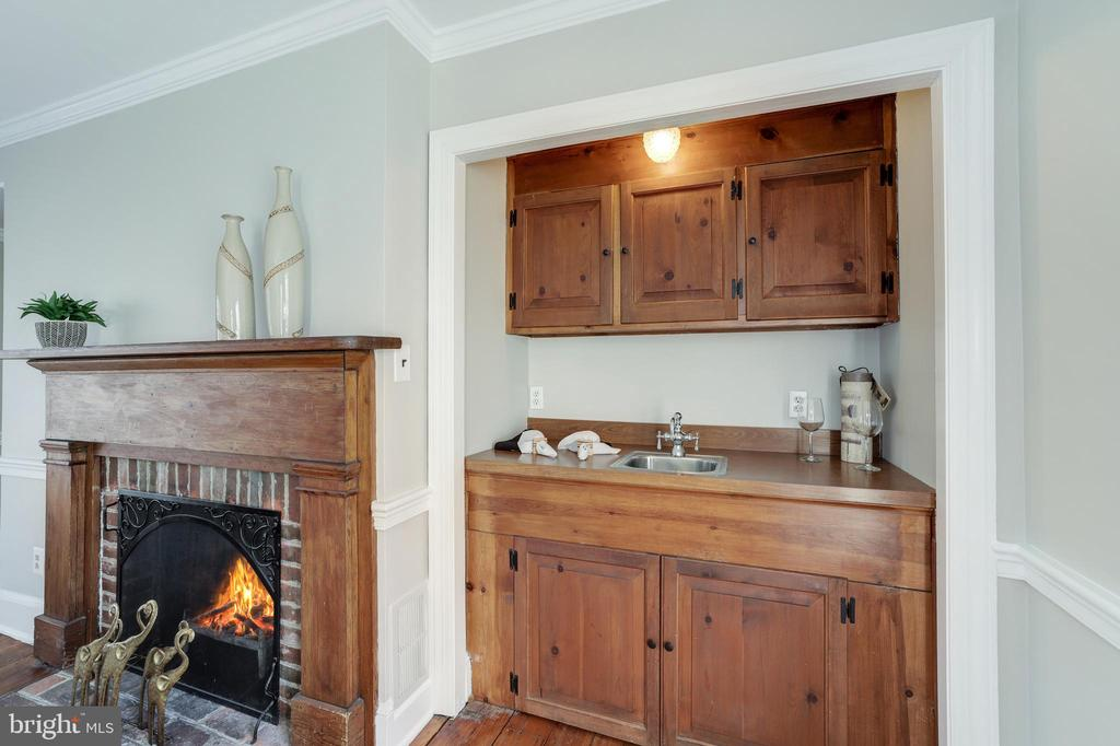 Family Room - Wet Bar with Cabinets - 214 N COLUMBUS ST, ALEXANDRIA