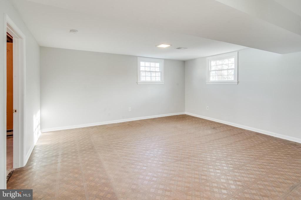 Spacious rec room - 302 S COLLIER CT, STERLING