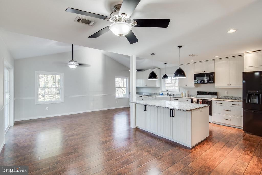A great space for a dining area - 302 S COLLIER CT, STERLING