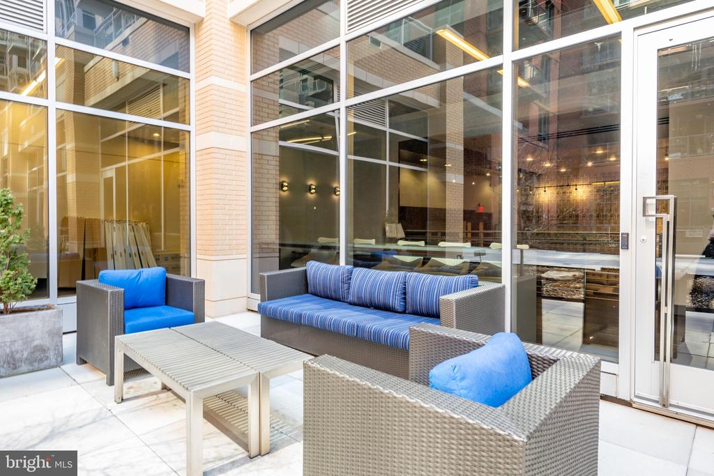 Additional Seating throughout the Courtyard - 1025 1ST ST SE #801, WASHINGTON